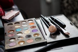 Make-up colorful eyeshadow palettes with brushes